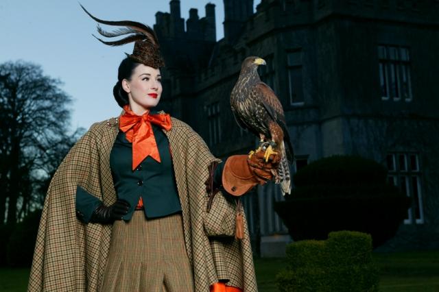 На фуршете подавали традиционные ирландские блюда, а развлечением для молодоженов и гостей послужила стрельба из лука и соколиная охота.
