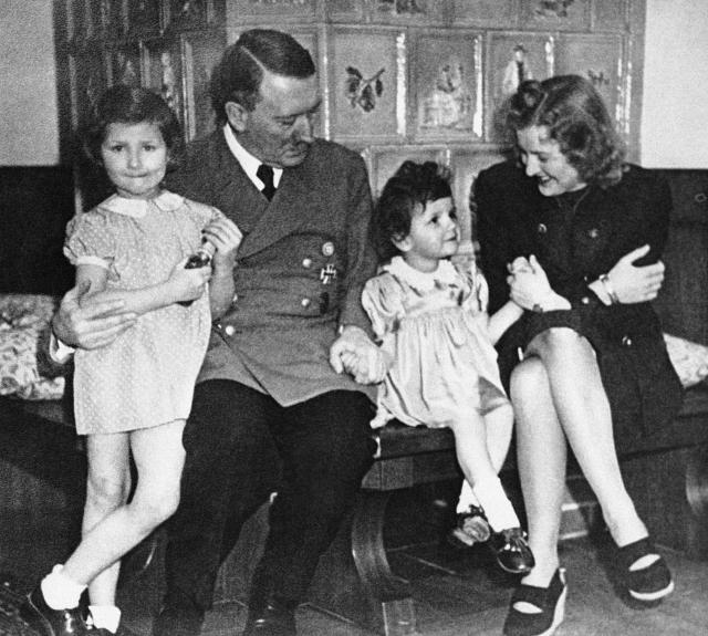 Вместе с ним в бункере находятся его любовница Ева Браун, Геббельс с семьей, начальник генерального штаба Кребс, секретари, адъютанты, охранники.