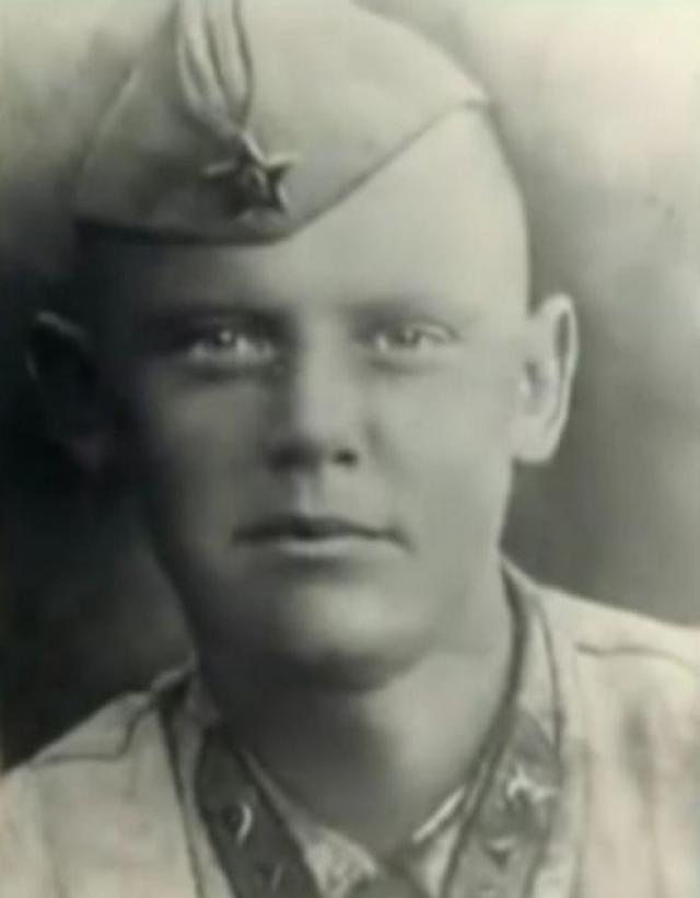 Но уже осенью 1941 года он все же был призван в армию и сперва проходил службу в Монголии, после чего был направлен в Калининский фронт разведчиком.