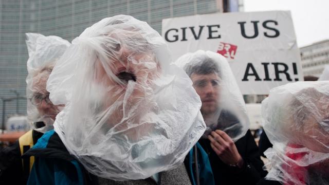 Брюссель, Бельгия, 16 декабря. Протест, привлекающий внимание к проблемам чистого воздуха.