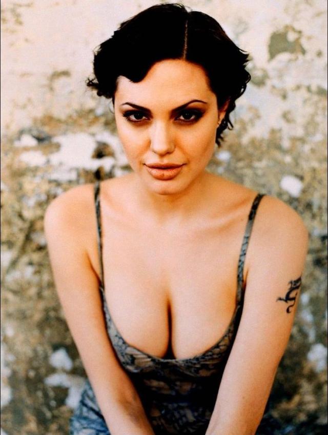 Анджелина Джоли. В начале карьеры Энджи старалась изо всех сил эпатировать публику.