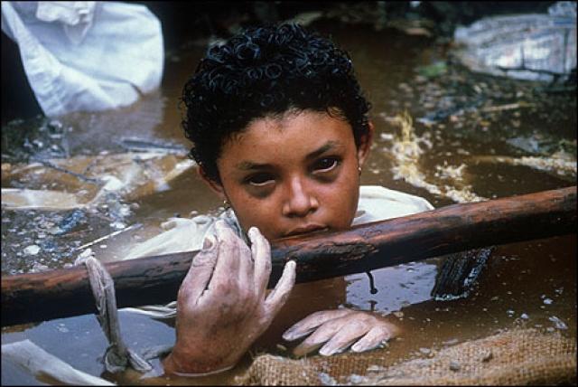 13 ноября 1985 года произошло извержение вулкана Невадо дель Руиз (Колумбия). Горный снег тает, и масса из грязи, земли и воды толщиной 50 метров буквально стирает с лица земли все на своем пути. Омаира Санчаз оказалась в ловушке - по шею в жиже, ее ноги оказались зажаты в бетонной конструкции дома. Спасатели пытались откачать грязь и освободить ребенка, но тщетно. Девочка держалась три дня, после чего заразилась сразу несколькими вирусами.