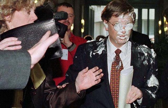 В феврале 1998 года Ноэль Годин, известный как «Ле Глупье», впервые швырнул кремовым тортом в лицо магнату Биллу Гейтсу со словами «Моя работа здесь закончена».