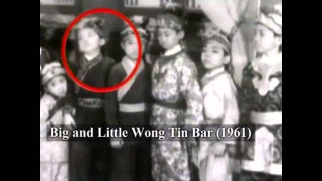 """Первую роль Джеки сыграл в возрасте восьми лет - в фильме """"Большой и маленький Вонг Тин Бар"""", а к тому времени как он окончил школу в 1971 году, за его плечами было уже семь фильмов."""