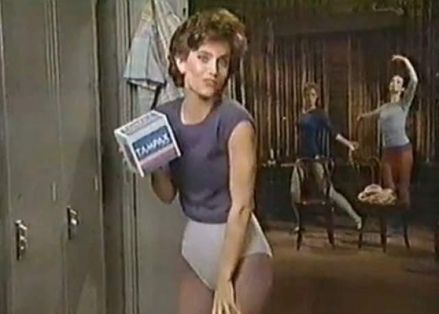 """Кортни Кокс также не обошла фирма """"Тампакс"""". Актриса рассказала все, что нужно знать о тампонах, в коротком рекламном ролике."""