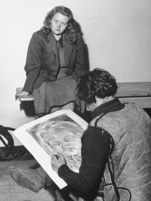 Ильза родилась в 1906 году в Дрездене. Отучилась на бухгалтера, но работать начала в библиотеке. Долго перебирала женихами, пока в 30 не встретила будущего мужа, Карла Отто Коха.