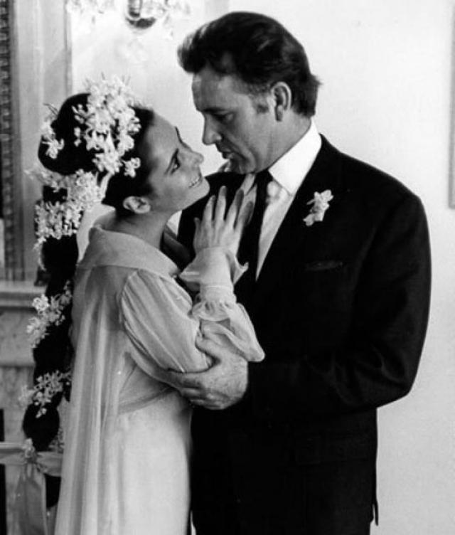 """Начав работать над фильмом """"Клеопатра"""", Лиз влюбилась в актера Ричарда Бартона и ушла к нему. Первое время оба они еще были женаты. В 1964 году они поженились. Вымотанные бурными отношениями, приняли решение расстаться. Их брак продлился 10 лет."""
