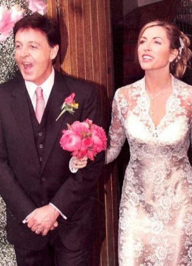 Отношения с моделью музыкант завел через год после смерти своей первой супруги Линды Истман (женщина скончалась от рака груди). Свадьба Маккартни и Миллз состоялась в 2002 году в Ирландии.