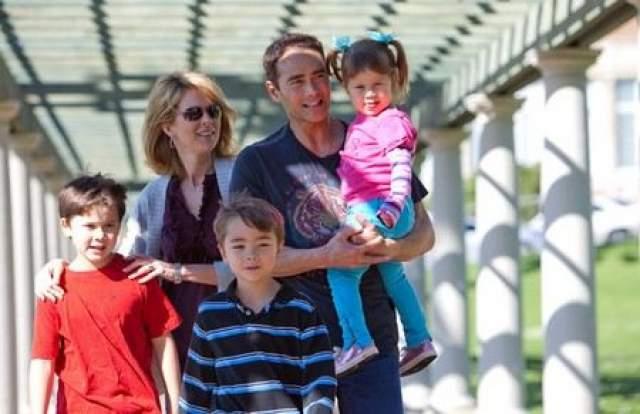 """В 31 год на съемках фильма """"Плачущий убийца"""" актер познакомился с актрисой Джули Кондрой, которая стала его единственной и любимой женой. Своему выбору он остался верен и уже более 20 лет актер счастлив в браке. Марк и Джули вместе воспитывают троих детей."""