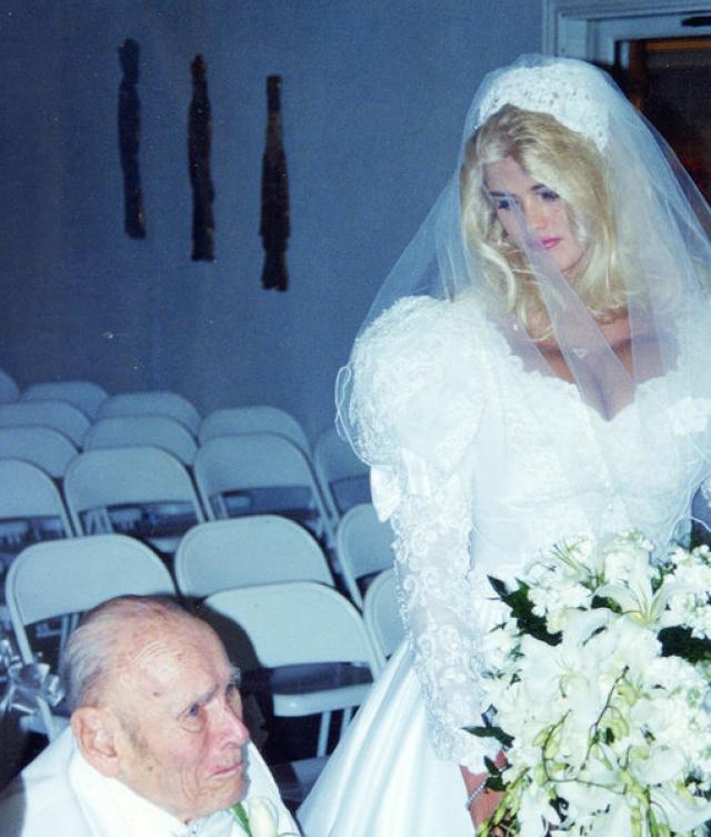 Пара поженилась, но семейная жизнь длилась менее года, поскольку новоиспеченный муж скончался. Семья миллиардера, конечно же, не собиралась делиться состоянием с его юной вдовой.