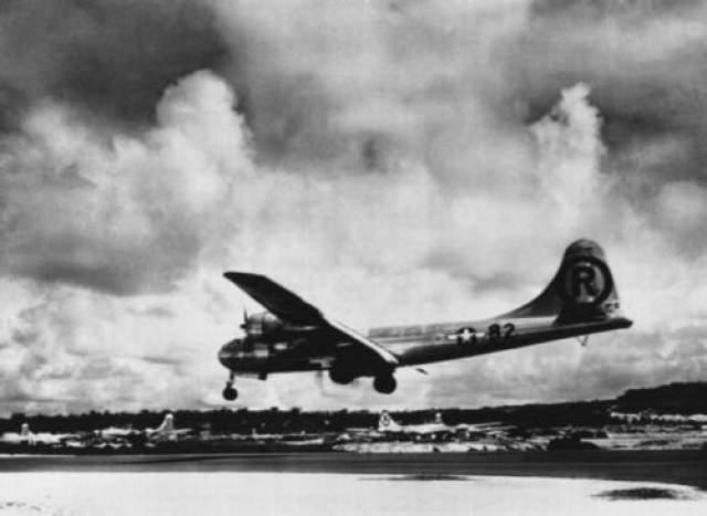 """Бомба была сброшена пилотом Чарльзом Суини, командиром бомбардировщика B-29 """"Bockscar""""."""