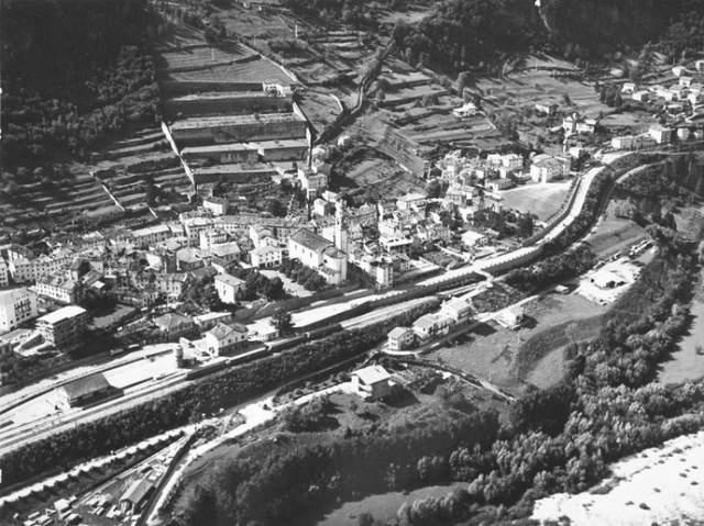 """В начале 1960-х эта гидроэлектростанция была самой высокой в мире, она производила впечатление инженерного шедевра, образцово-показательного продукта итальянского """"экономического чуда"""", стремительного послевоенного восстановления страны. На фото: так выглядел Лонгароне до катастрофы, в начале 1960-х."""