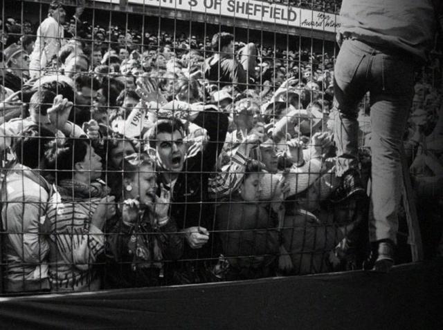 Зрители верхних рядов, желая получше разглядеть начало матча, всей толпой рванулись вниз и прижали зрителей нижних рядов к так называемым решеткам безопасности, которые предназначались для того, чтобы зрители не выбежали на поле.