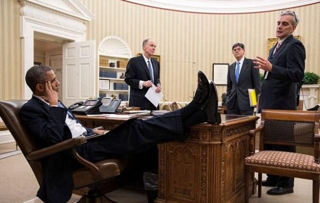 Стол, за которым он работает в сенатском офисе когда-то принадлежал Роберту Кенеди.