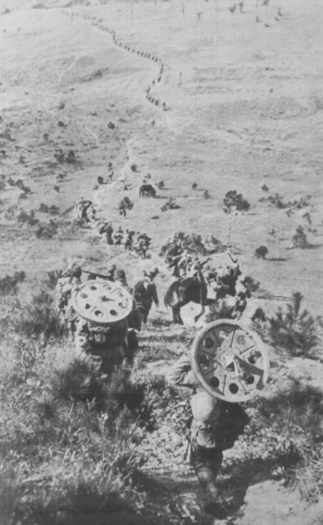 3000 китайских солдат, которые исчезли без следа В декабре 1937 года Китай находился в состоянии войны с Японией уже шесть месяцев. Захватчики продвигались на север к Нанкину, и авангард китайцев силами примерно в три тысячи человек расположился для охраны важного объекта, - моста в южных пригородах. Заняв позиции в вырытых траншеях, войска стали ожидать подхода японцев. Но штурма так и произошло. Зато случилось нечто гораздо более странное. На фото: японские солдаты на машине на подходе к китайскому городу Нанкин.