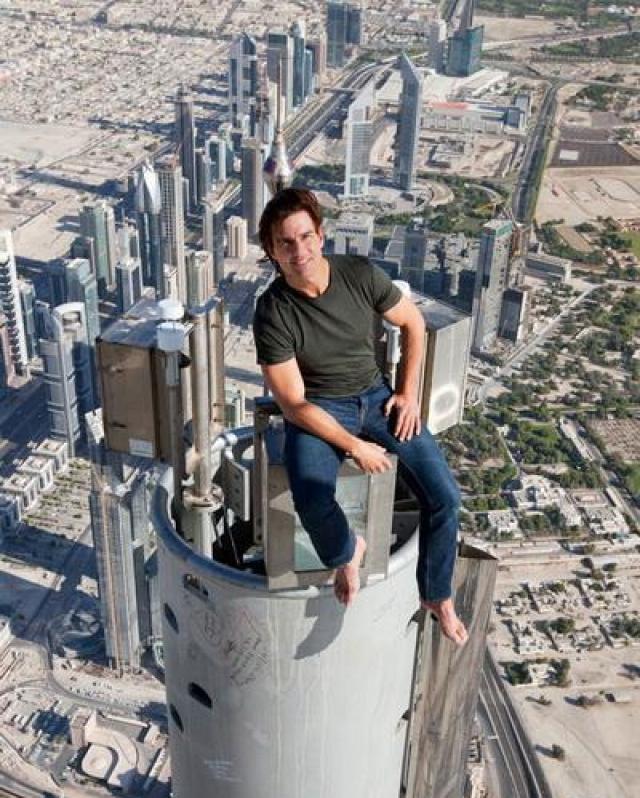 """На фото: Том Круз во время съемок фильма """"Миссия невыполнима"""" на пике самого высокого в мире здания."""