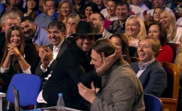"""Во время проставления оценок одной из команд Дмитрий Нагиев поднял над собой """"тройку"""", чем поставил врасплох ведущего КВН. Масляков попросил Нагиева собраться и всех членов жюри проголосовать заново."""