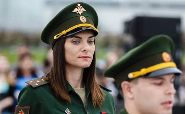 В 2000-м поступила в Волгоградскую Академию физической культуры. В 2003 году Исинбаеву призвали на службу в железнодорожные войска. Спустя два года она получила звание старшего лейтенанта, еще через три - капитана. В 2015 году Исинбаева стала майором и подписала контракт с Минобороны РФ и затем проводила инструктаж в военном училище.