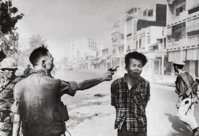 Фотография офицера, стреляющего в голову закованного в наручники заключенного, не только получила пулитцеровскую премию в 1969 году, но и изменила отношение американцев к тому, что происходило во Вьетнаме. На самом деле запечатленное не так однозначно, как кажется.