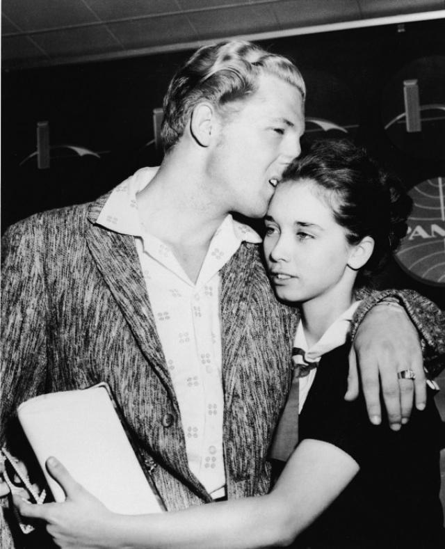 """Несмотря на заявления Джерри: """"Я сам знаю множество людей, женившихся на тринадцатилетних"""" , и Майры: """"Я бы вышла за него замуж тысячу раз!"""" , на родине артиста также ждал холодный прием. Его песни надолго исчезли из эфиров американских радиостанций."""