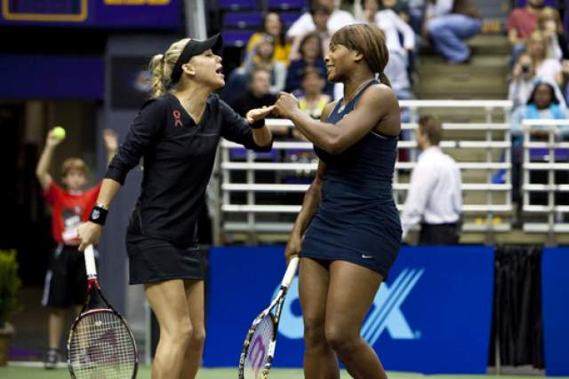 Анна Курникова и Серена Уильямс. Много лет назад теннисистка отказалась от карьеры ради семейного счастья с певцом Энрике Иглесиасом. Но с подругами-спортсменками она расставаться была не намерена.