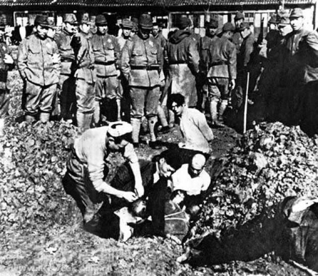 Кстати, именно в Китае на протяжении почти всего 20 века практиковались жутковатые способы казни. Например, захоронение живьем. На фото - казнь 1937 года.