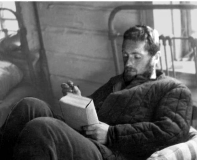 """8 января 1964 года """"Вечерний Ленинград"""" опубликовал подборку писем читателей с требованиями наказать """"тунеядца Бродского"""". 13 января 1964 года Бродского арестовали по обвинению в тунеядстве. 14 февраля у него случился в камере первый сердечный приступ. С этого времени Бродский постоянно страдал стенокардией, которая всегда напоминала ему о возможной близкой смерти."""