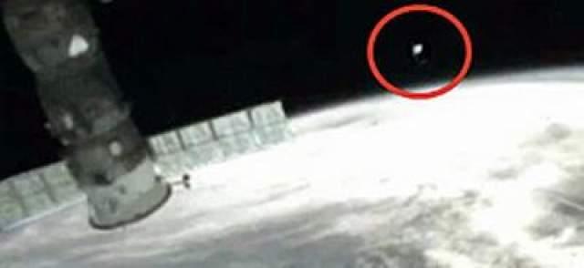 """Сфотографировать его так и не удалось, но экипаж сразу доложил о феномене на Землю. О наблюдениях неизвестных обьектов также неоднократно сообщали участники миссий станции """"Мир"""", а также сотрудники космодрома Байконур - в его окрестностях НЛО появляются довольно часто."""