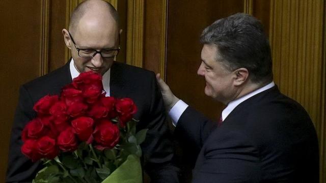Пользователи Сети довольно долго обсуждали традицию Порошенко дарить цветы вновь назначенным министрам-мужчинам.