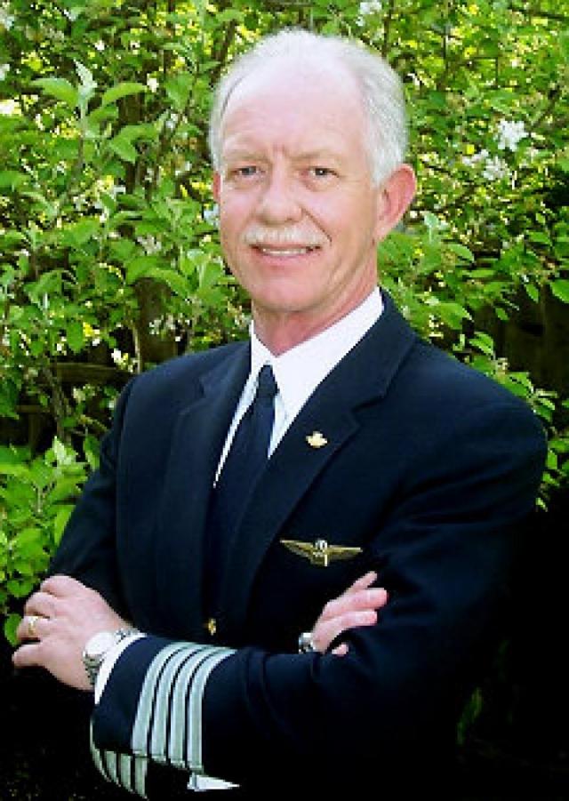 После выхода в отставку он продолжил летную службу в качестве пилота в гражданских авиакомпаниях. Чесли Б. Салленбергер являлся экспертом в области безопасности полетов и имел сертификат на пилотирование планеров. Налетал 19663 часа, 4765 из них на Airbus A320.