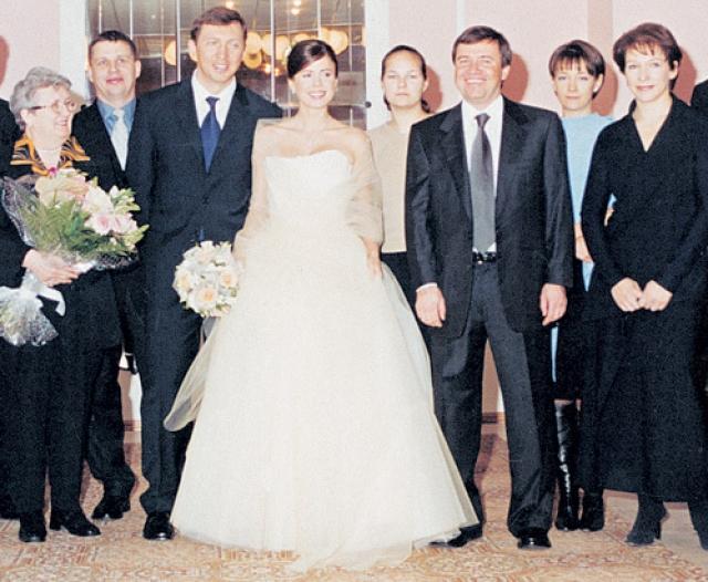 Олег Дерипаска женился на Полине Юмашевой до того, как ее отец стал зятем Бориса Ельцина: Валентин Юмашев работал советником президента Бориса Ельцина, был назначен главой администрации президента, а в 2002 году женился на его дочери, Татьяне Дьяченко.