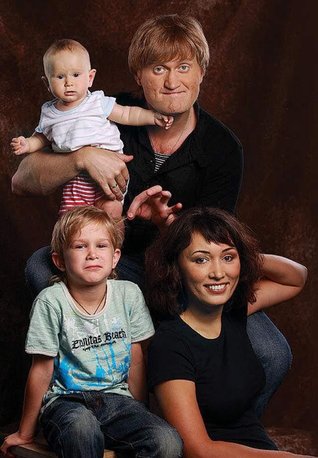 Артист женат, у них с женой Эльвирой двое детей.