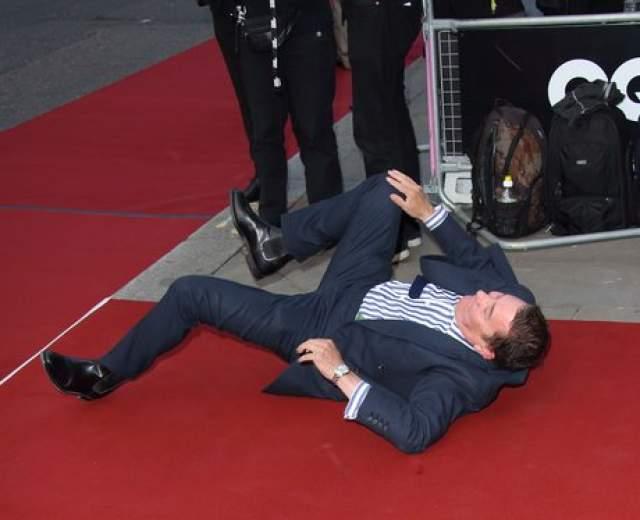 Британский музыкант Джуллс Холланд стал жертвой красной ковровой дорожки церемонии вручения GQ Awards.
