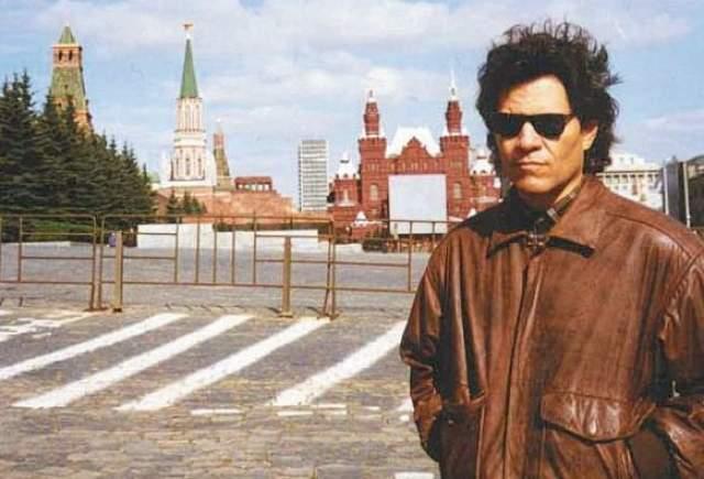 """Любопытно, что в мае 1995 года актер побывал в Москве и Санкт-Петербурге. """"Это два совершенно разных города. Даже удивительно, что они находятся в одной стране"""", – говорил Мартинес. Кроме того, в России он выучил несколько ядреных ругательств."""
