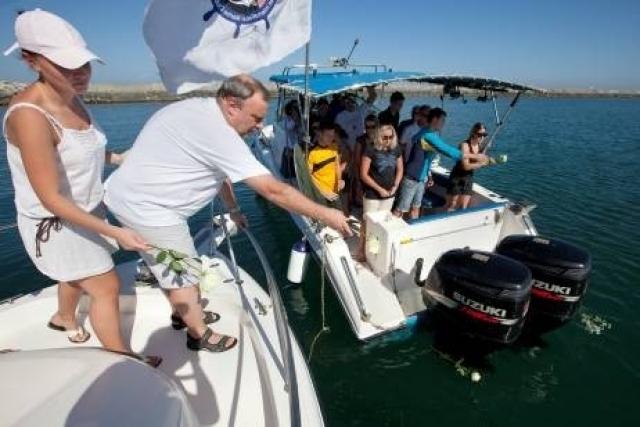 Заплыв проходил в экстремальных условиях - температура воды составляла 30 градусов, а воздуха и того больше. По ходу гонки несколько пловцов отказались от борьбы и просили медицинскую помощь.