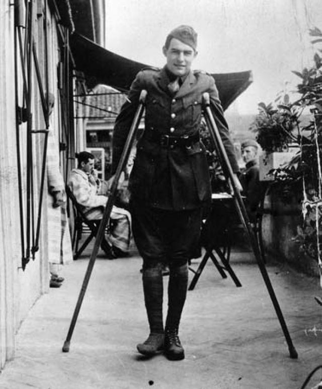 8 июля 1918 года Хемингуэй, спасая раненого итальянского снайпера, попал под огонь австрийских пулеметов и минометов, но остался жив. В госпитале из него извлекли 26 осколков, при этом на теле Эрнеста было более двухсот ран.