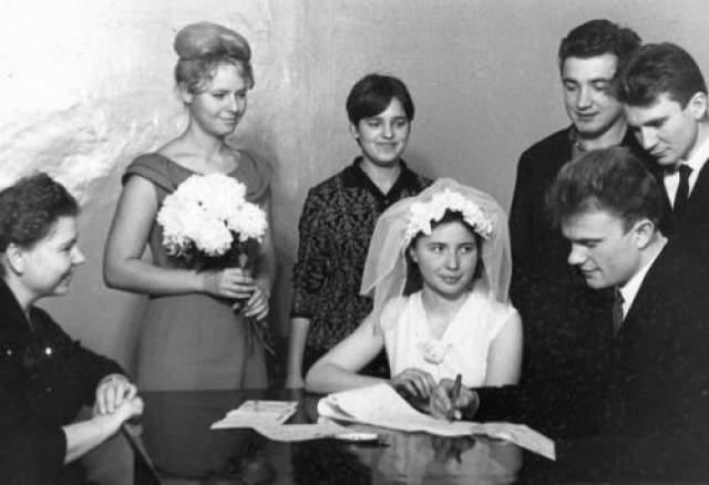 В 1968 году у них родился сын Андрей, а в 1974 году - дочка Татьяна. У политика семь внуков и внучка.