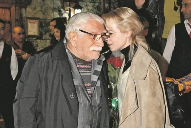 Актера нашли в больнице, при этом народный артист СССР в резкой форме заявил побывавшим у него корреспондентам, что не желает знать свою молодую жену и уже подал документы на развод, а также уволил Виталину из театра.