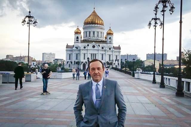 2013 год, Кевин Спейси посетил столицу России, чтобы представить победителей международного конкурса короткометражных фильмов Jameson First Shot. Кстати, тогда же он зарегистрировался в ВК (https://vk.com/kevinspacey), правда, последний раз он был в своем профиле аж в 2016 году.