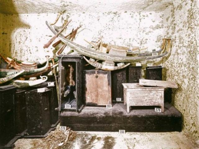 Также была обнаружена дыра, сделанная грабителями и ведущая в боковую комнату, которая была полностью забита золотыми украшениями, драгоценными камнями, предметами быта и даже находилось несколько распиленных кораблей, на одном из которых правитель после смерти должен был отправиться в загробный мир. На фото: набор челнов в сокровищнице гробницы