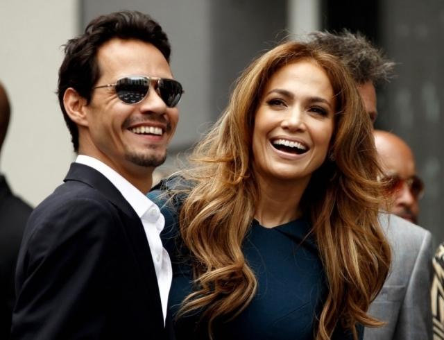 Дженнифер Лопес. Роман американской певицы с Марком Энтони начался в 2003 году, когда он был женат. Но любовь настолько поглотила его, что пара поженилась спустя всего лишь неделю после развода Марка. И уже через пару лет у них появилось двое детишек. Но, к сожалению, в 2014 пара развалилась.