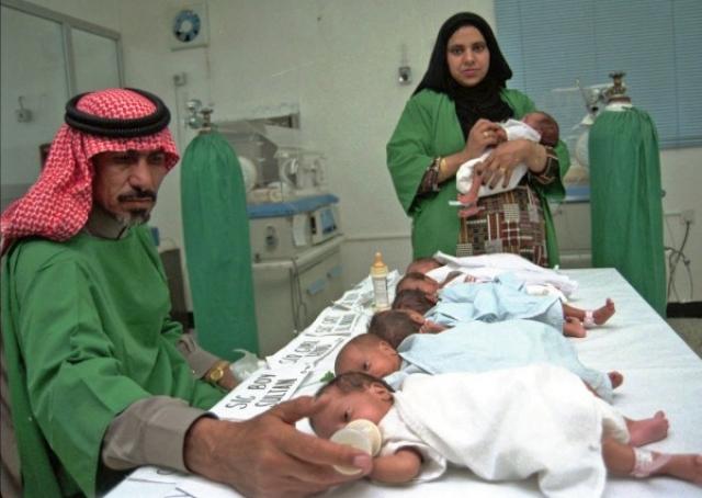 Семеро близнецов родились на 8 недель раньше срока - 14 января 1998 года - и у 40-летней Хасны Мохаммед Хумайр (Саудовская Аравия).