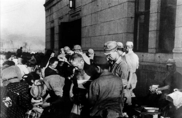 Военные медики в Хиросиме помогают выжившим после первой в истории атомной бомбардировки.