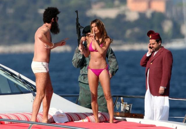 Актер Саша Барон Коэн с итальянской телеведущей Элизабеттой Каналис.  з-