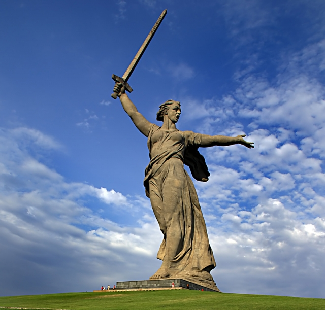 """Скульптура """"Родина-мать зовет!"""" - центральная в мемориале """"Героям Сталинградской битвы"""" на Мамаевом кургане в Волгограде. Она занесена в Книгу рекордов Гиннесса как одна из самых высоких статуй мира."""