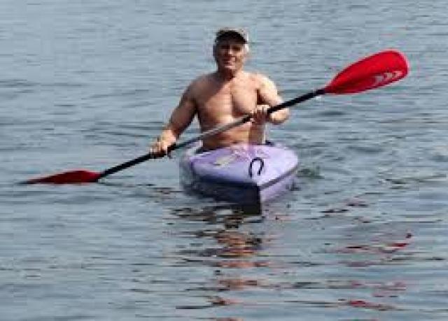 Да и сейчас Гойко в прекрасной форме. Каждое лето он ездит в Грецию и ныряет с аквалангом на 30-метровую глубину, плавает на байдарке.