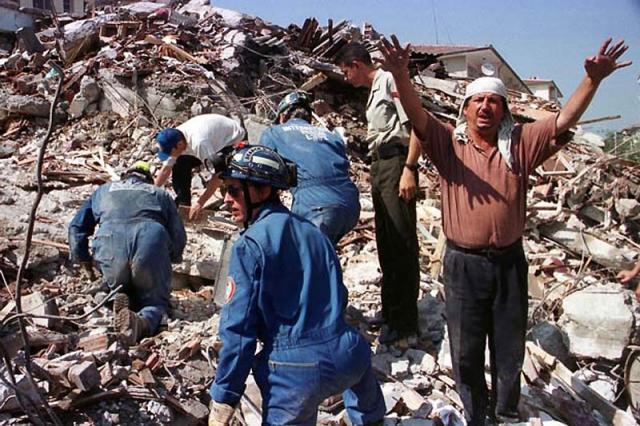 Измитское землетрясение. 17 августа 1999 г. вблизи турецкого города Измит в 90 километрах на юг от Стамбула произошло землетрясение магнитуда которого составила 7,6 по шкале Рихтера. Сейсмические колебания ощущались на удалении до 450 км от эпицентра, на территории с населением около 18 миллионов человек.