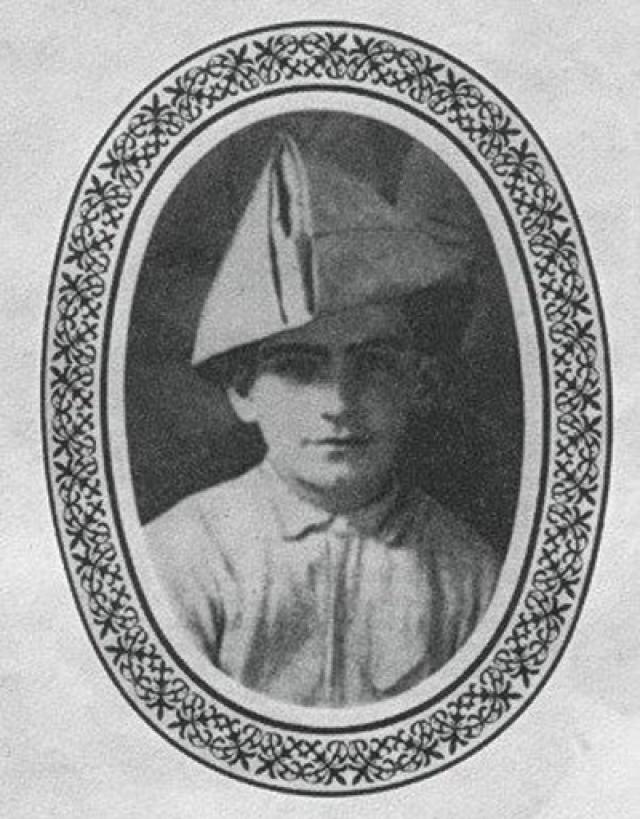Луи де Фюнес (полное имя Луи Жермен Давид де Фюнес де Галарса) родился 31 июля 1914 года во Франции в местечке в Курбевуа.