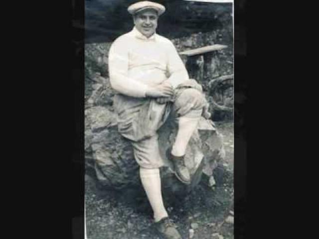 Никогда в жизни не плативший подоходного налога, Аль Капоне был арестован в июне 1931 годя по обвинению в злостной неуплате налогов и был вынужден предстать перед федеральным судом.