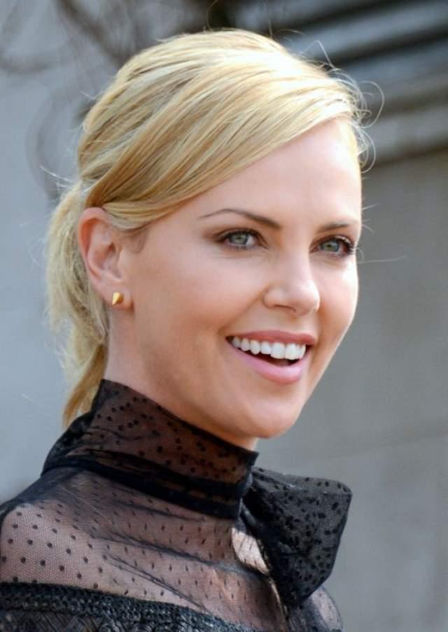 Шарлиз Терон. Одна из классических голливудских красавиц-блондинок экспериментом с волосами буквально шокировала журналистов и общественность.